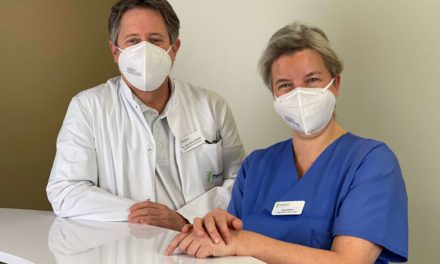 Paracelsus-Klinik Henstedt-Ulzburg: Oberärztin Nina Böhm hilft  dem Storch kompetent auf die Sprünge