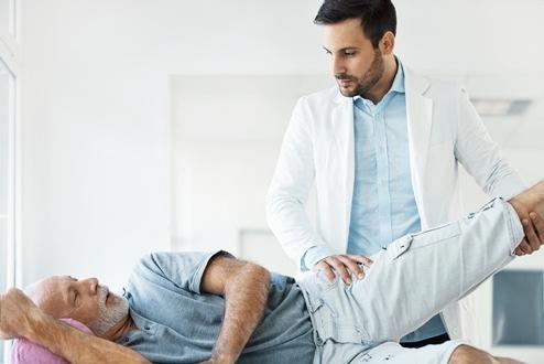 Nach dem Sturz: Senioren profitieren von altersgerechter Behandlung