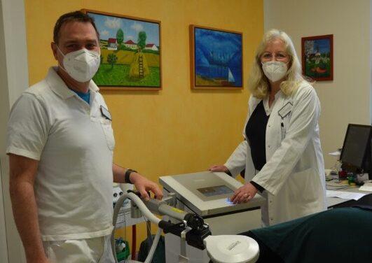 Förderverein des Leopoldina-Krankenhauses spendet Klinik für Spezielle Schmerztherapie neues Induktionsgerät im Wert von 27.000 €