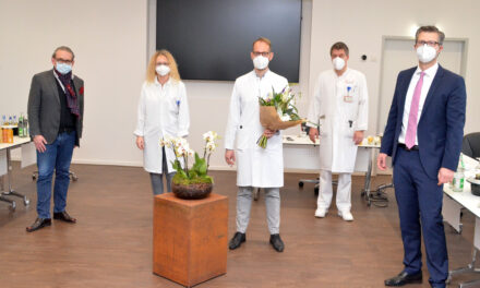 Knappschaftskrankenhaus begrüßt neuen Chefarzt samt tierischer Unterstützung
