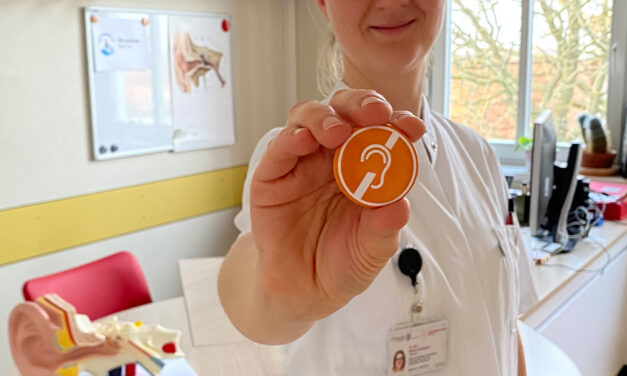Unimedizin Rostock: 3. März ist Welttag des Hörens – HNO-Ärzte verteilen Pins an Betroffene
