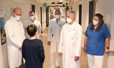 Bethel_EvKB: Weltpremiere: Ärzte-Team gelingt bei Kind hochpräzise OP mit Roboter-Unterstützung