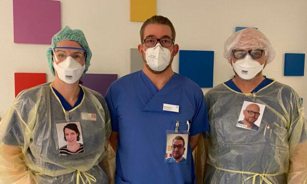 """""""Wer steht da vor mir?"""" / Mitarbeitende der Intensivstation im St. Franziskus-Hospital zeigen ihr Lächeln trotz Maske"""