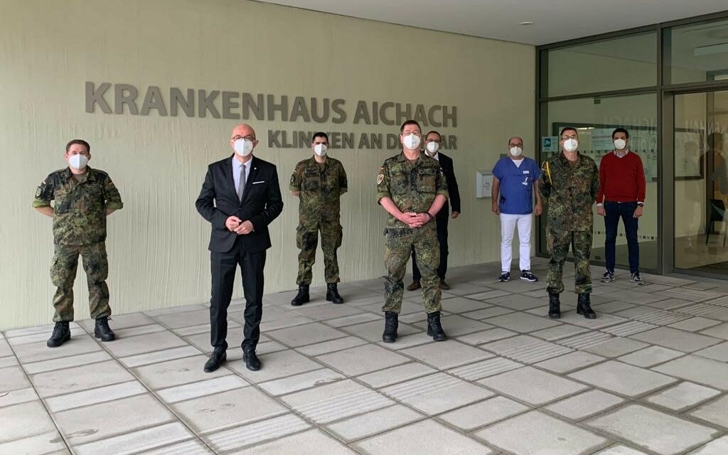 Oberstleutnant zum Truppenbesuch im Krankenhaus Aichach