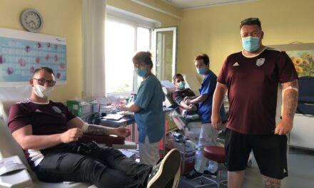 Unimedizin Rostock: Amateurfußballer spenden Blut und Geld für die Unimedizin