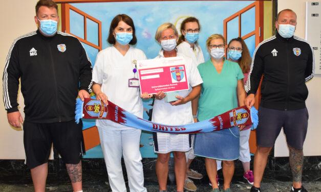 Amateurfußballer spenden für chronisch kranke Kinder